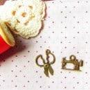 2 Pingentes de zinco - tesoura e máquina de costura