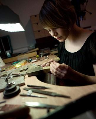Durante a minha graduação em engenharia, fui introduzida ao mundo das máquinas, engrenagens e mecanismos. É muito divertido entender como as coisas são produzidas e como seus mecanismos e movimentos são construídos. Imagina só a minha surpresa quando eu descubro que uma designer de jóias que cria jóias articuladas! Fiquei em choque! A designer por trás dessas invenções incríveis é a Victoria Walker. Ela é especializada em jóias cinéticas e finas inspiradas na beleza das formas naturais. Seus projetos são inspirados nos movimentos produzidos pela natureza, o desabrochar das flores. A designer acredita que às vezes os elementos mais preciosos e preciosos estão escondidos sob a superfície, e eu super concordo com ela. Ela utiliza técnicas tradicionais com prata, ouro e diamantes de 18ct. Neste vídeo é possível ver como é o processo de criação das jóias onde cada pétala minúscula é cuidadosamente moldada uma a uma artesanalmente e projetada com precisão. Victoria trabalha em tempo integral a partir de sua oficina em Princes House, uma bela mansão georgiana no coração de Truro, Cornwall. Ela também exibe em vários shows e exposições ao redor do Reino Unido. Clique na página Eventos para obter mais detalhes.